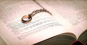 der eine ring auf dem buch 300x158 Дженнифер Салки (Amazon)   о сериале, сценаристах, Tolkien Estate и Питере Джексоне!